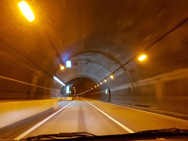 トンネルの照明はなぜオレンジ色?